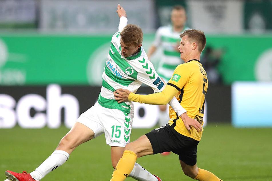 Der Fürther Sebastian Ernst und Dzenis Burnic rangeln um den Ball.