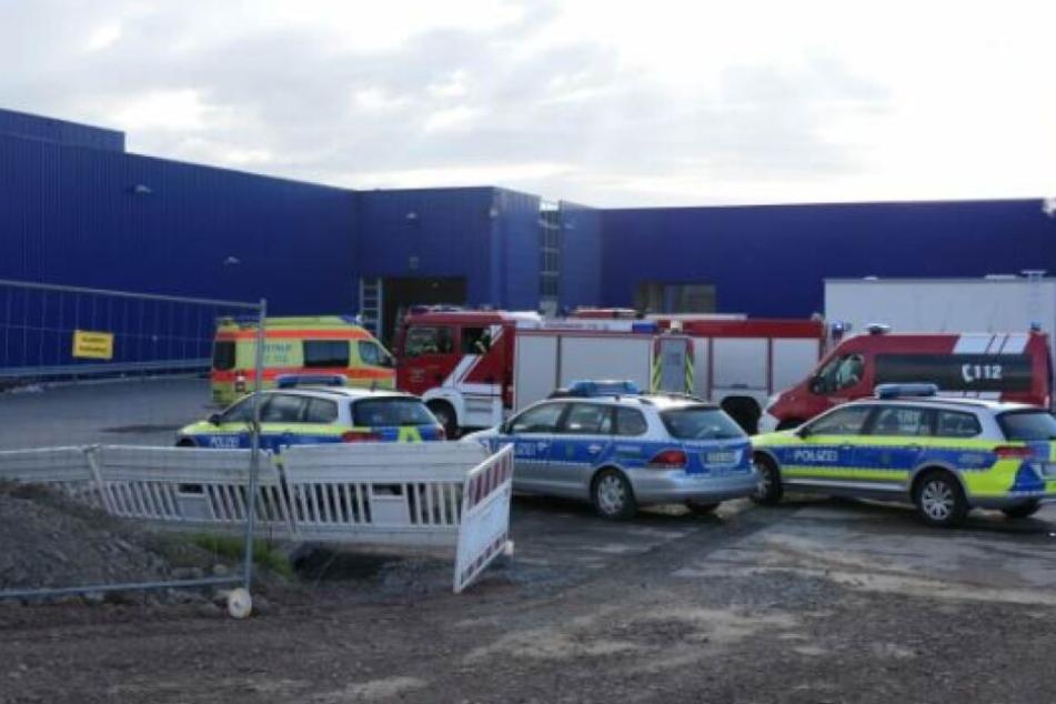 Beim Brand einer Montagehalle in Brandis sollen vier Mitarbeiter verletzt worden sein.
