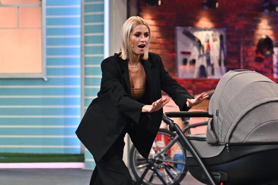 Baby schon da? Lena Gercke mit Kinderwagen im TV