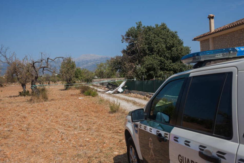 """Ein Wagen der """"Guarda Civil"""" steht nahe der Absturzstelle."""