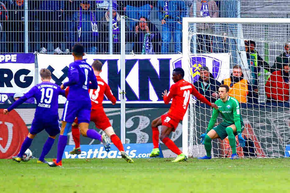Philipp Zulchner (l.) erzielt das 2:0 - am Ende reichte dieses Tor zum Sieg.