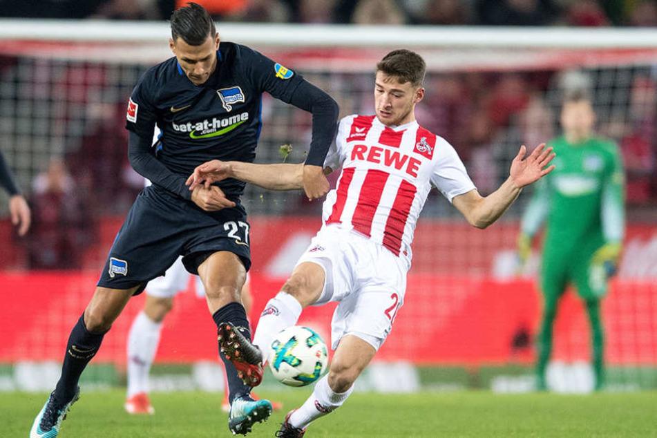Herthas Davie Selke (l) und Kölns Salih Özcan kämpfen um den Ball.