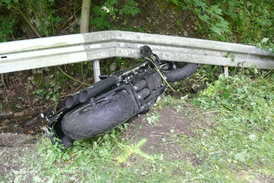 Nur wenige Kilometer entfernt war kurz zuvor ein Motorradfahrer (58) unter die Leitplanke gerutscht.