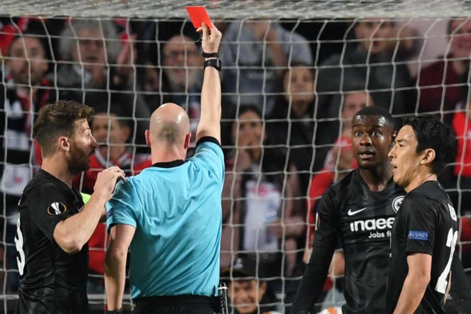 Schiedsrichter Anthony Taylor (2.v.l.) aus England zeigt Evan Ndicka die Rote Karte.