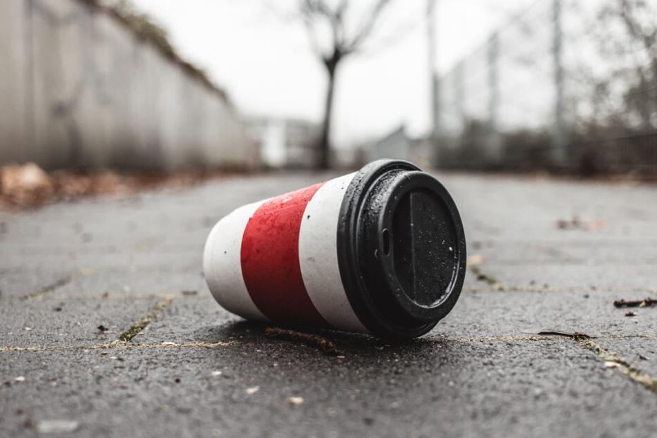 Rund 25 Millionen To-Go-Becher landen in Frankfurt im Müll - oder im schlimmsten Fall auf der Straße (Symbolbild).