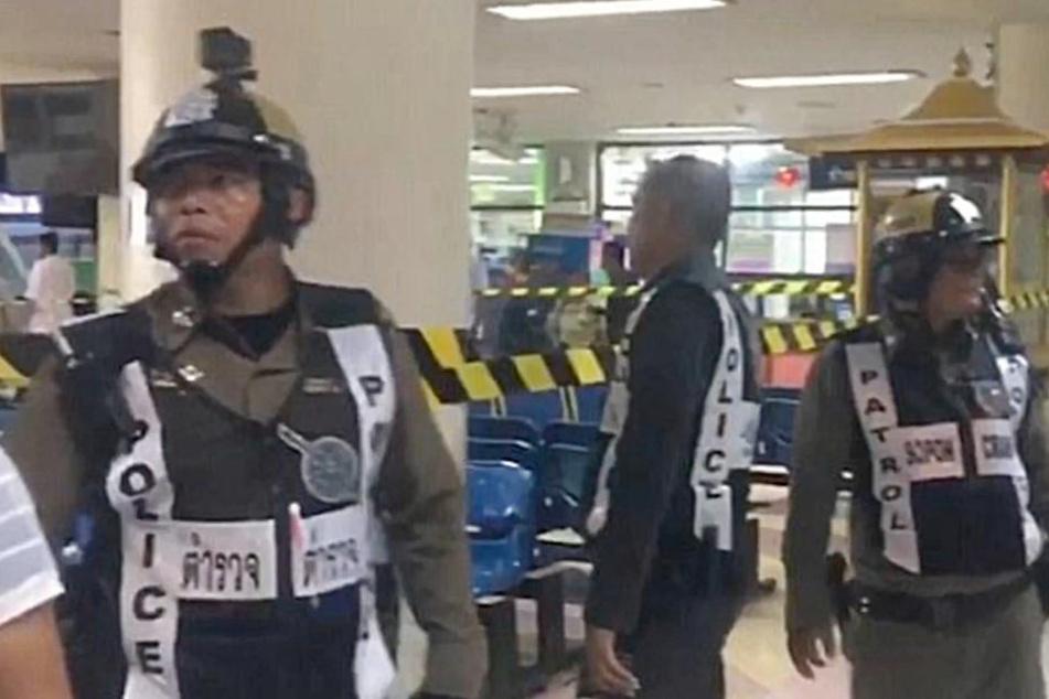 Die Polizei sperrte den Tatort innerhalb des Krankenhauses ab.