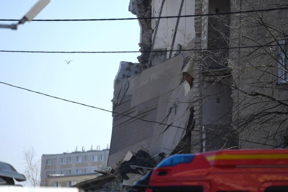 Blick auf das Wohnhaus, das durch eine Gasexplosion teilweise zerstört wurde.