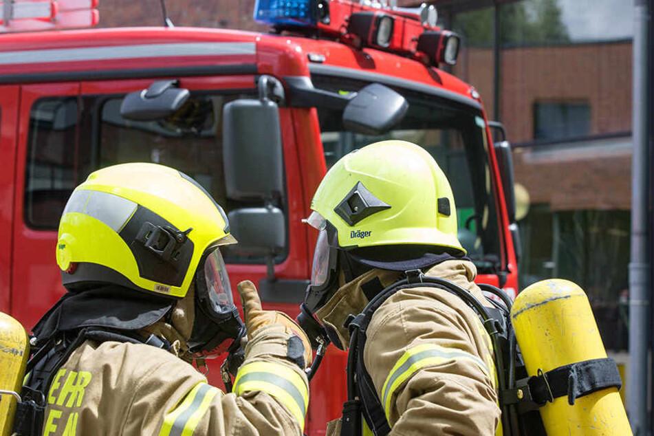Die Feuerwehrleute wollten schnell in ein Haus, doch ein Mieter versperrte ihnen den Weg.