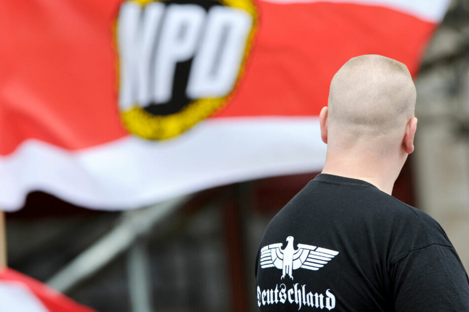 Ein Unterstützer der NPD steht im Jahr 2002 bei einer Kundgebung der Partei in Berlin.