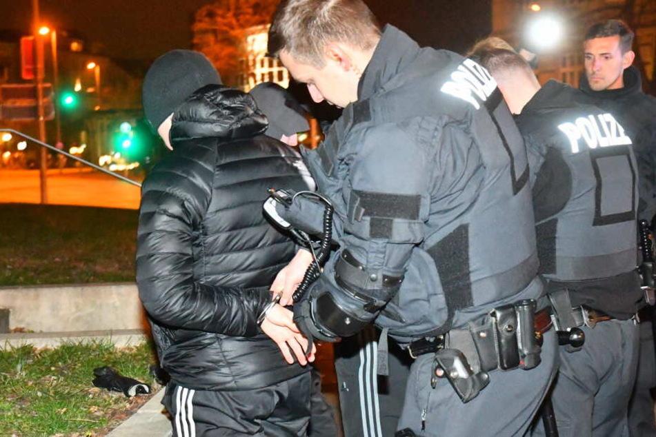 Vor Derby: Gewaltbereite Fußball-Fans greifen Polizisten an