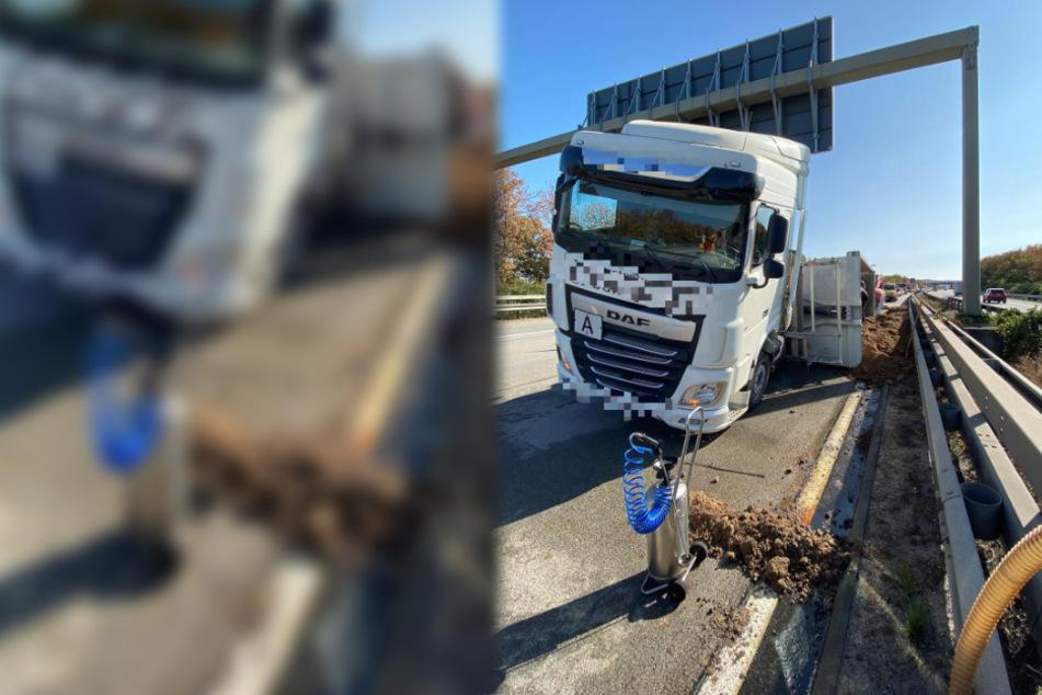 Lastwagen kippt mitten auf Autobahn um: 20 Tonnen Sand ergießen sich auf Fahrbahn