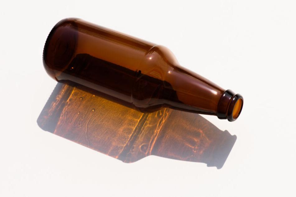 Die von der Frau geworfene Bierflasche beschädigte das Fahrzeug. (Symbolfoto)
