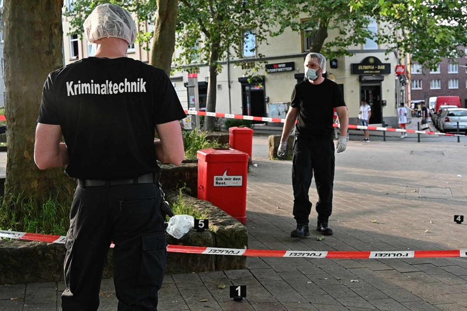 Die Kriminaltechnik sichert am Tatort Spuren.
