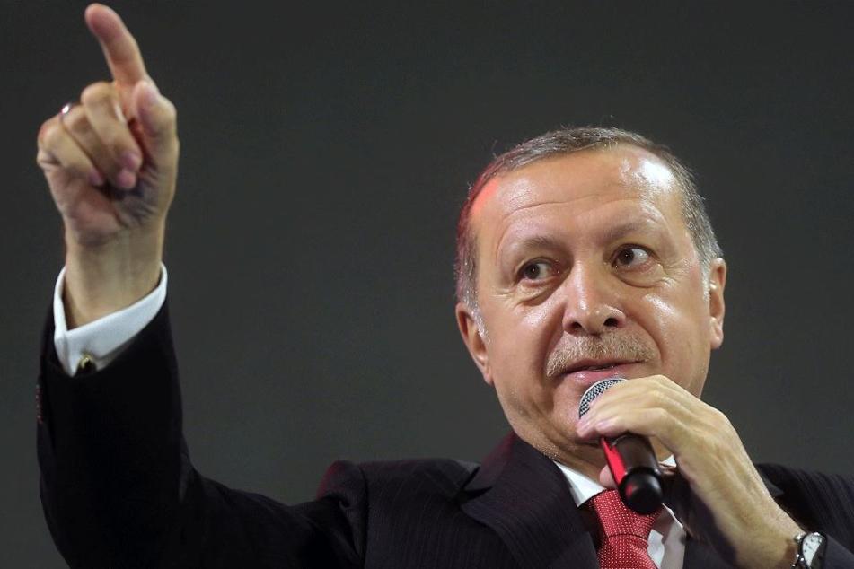 Der türkische Staatspräsident Recep Tayyip Erdogan (63) spricht am 15. Juli in Istanbul während einer Gedenkveranstaltung an die Opfer des gescheiterten Putschversuchs vor einem Jahr.