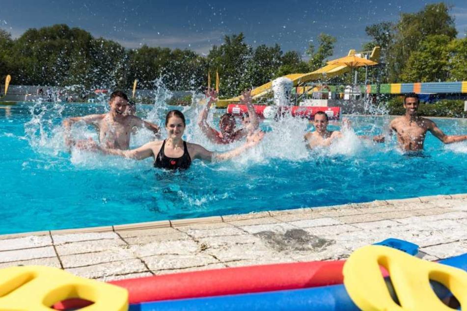 Wasser-Workout in Schönefeld! Die Mitarbeiter der Sportbäder zeigen schon mal, wie's geht.