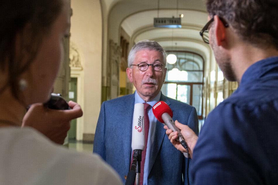 Thilo Sarrazin spricht vor der Sitzung der SPD-Schiedskommission mit Journalisten.