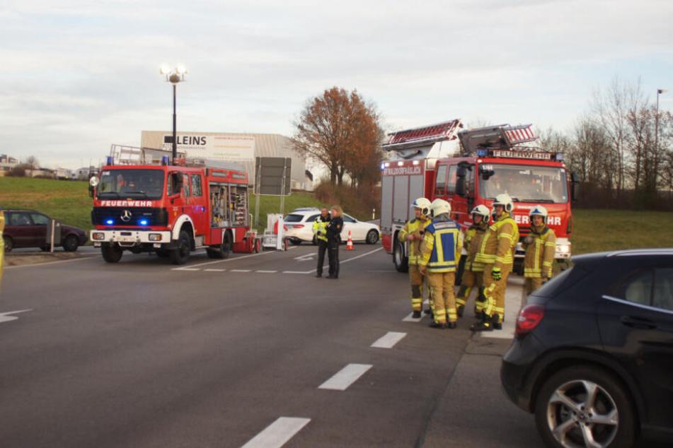 Die Feuerwehrmänner gehen an der Unfallstelle ihrer Arbeit nach.