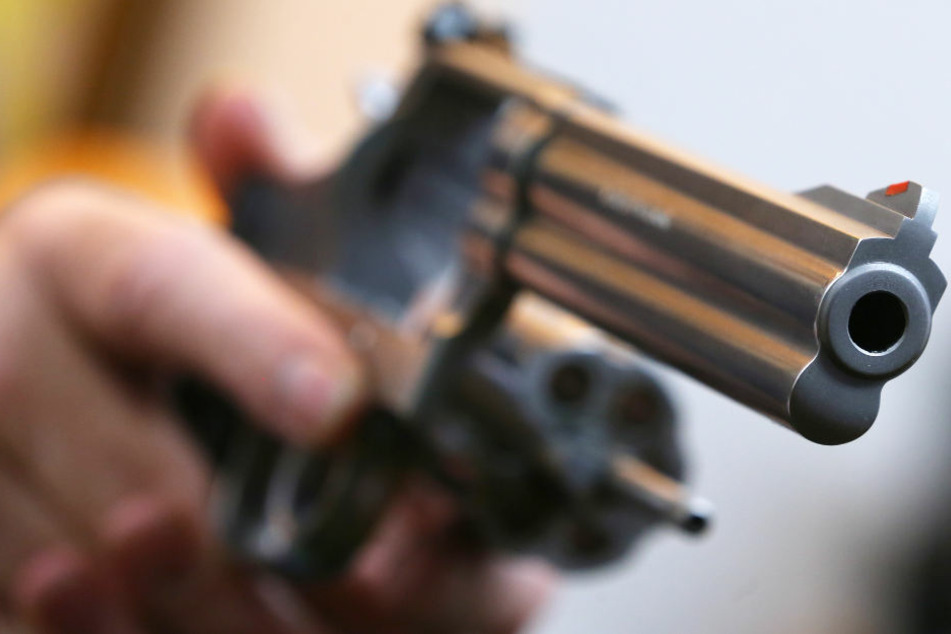 Bei der Durchsuchung der Wohnung des Mannes wurde Waffen gefunden. (Symbolbild)