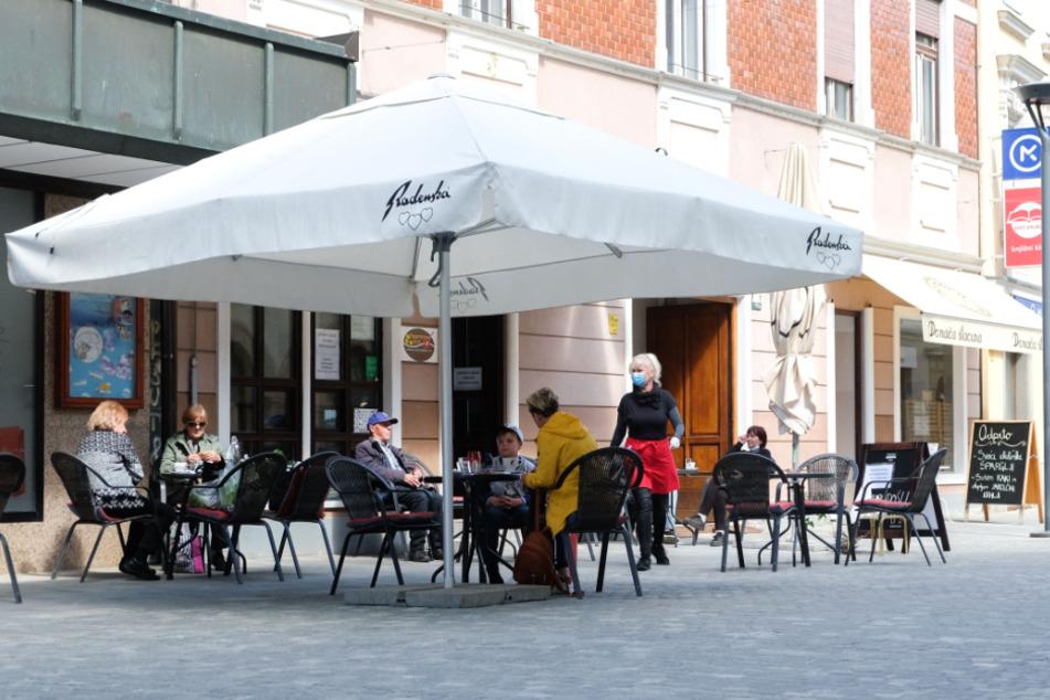 Slowenien, Celje: Gäste sitzen im Außenbereich eines Restaurants.