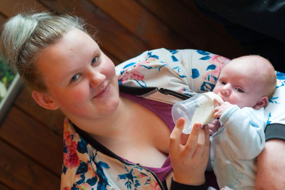 Nelly (14) hat die Geburt ihres kleinen Ben gut überstanden.