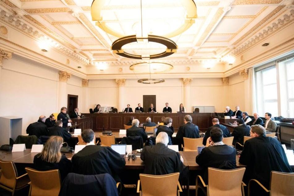 Anne Meier-Göring (hinterste Reihe, M) eröffnet im Sitzungssaal des Landgerichts einen weiteren Prozesstag.