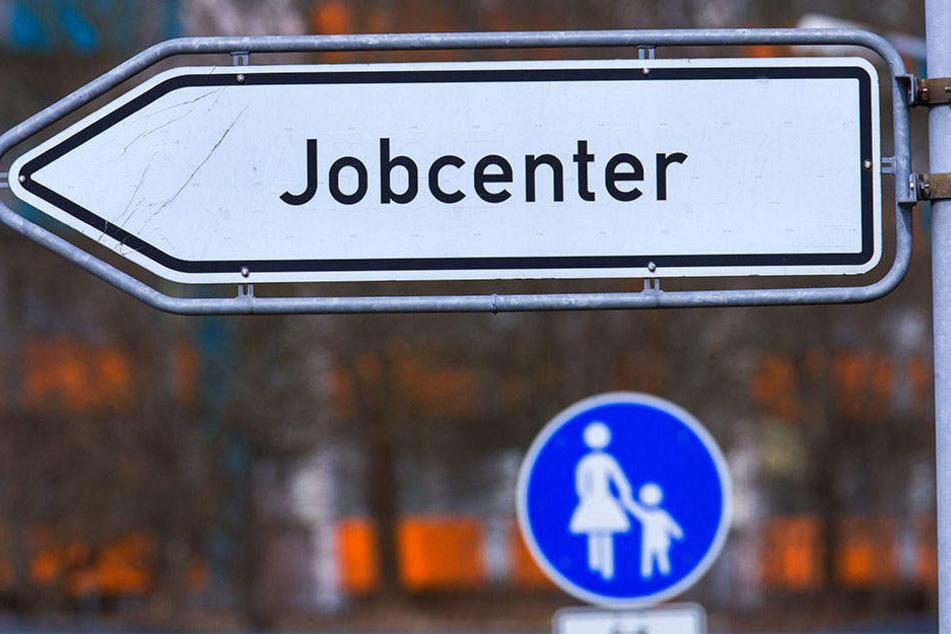 Geld, dass eigentlich für die Ausbildung und Umschulung von Langzeitarbeitslosen gedacht ist, fließt in die Verwaltung der Jobcenter.