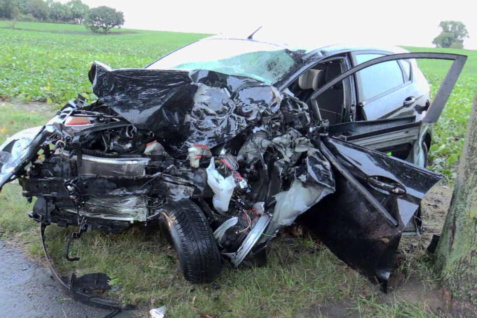Auto kracht frontal in Lkw: Frau stirbt