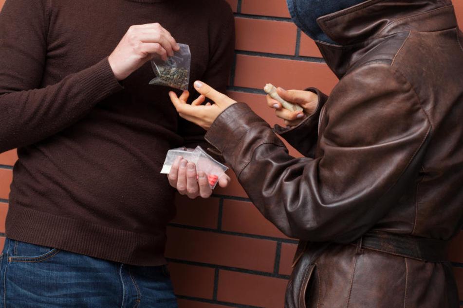 Die ältere Frau beobachtete die beiden Männer beim hantieren mit den Drogen. (Symbolbild)