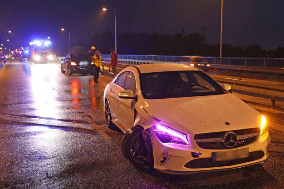 Die rechte Front des Autos wurde durch den Unfall stark beschädigt.