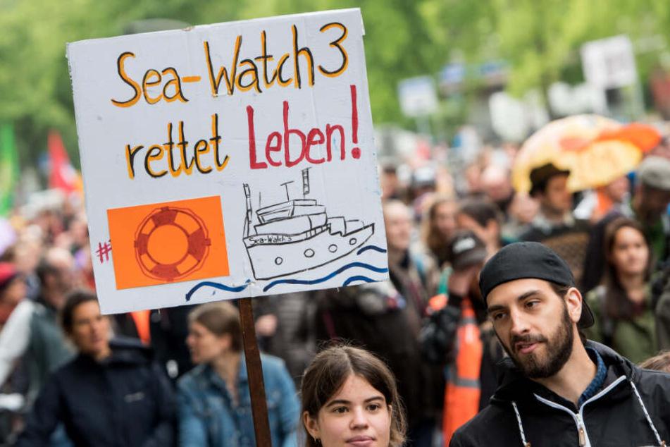 Zahlreiche Menschen setzten am Samstag ein Zeichen für Seenotrettung im Mittelmeer.