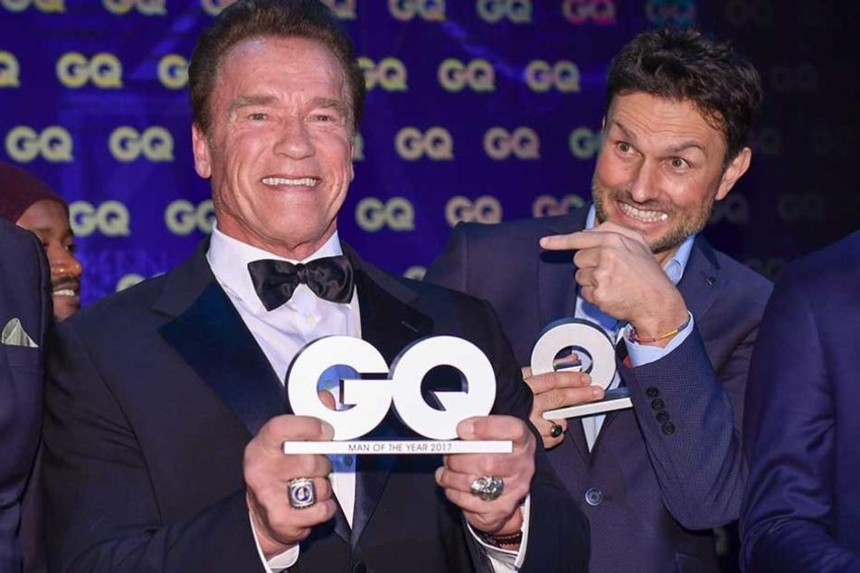 """Arnold Schwarzenegger wurde zur """"Legende des Jahrhunderts"""" ausgezeichnet, neben ihm der Regisseur Simon Verhoeven."""