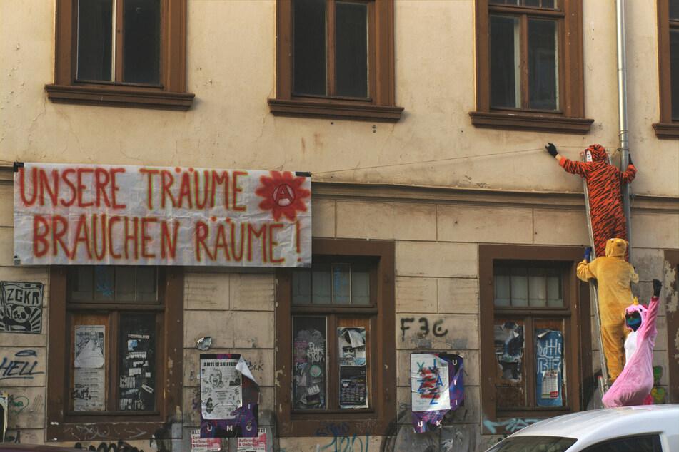 Die Aktivisten bei einer Scheinbesetzung von Häusern auf der Königsbrücker Straße im Juni 2019. Ihr Markenzeichen: Tierkostüme.