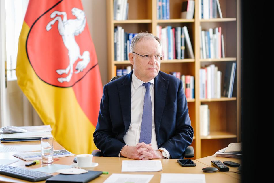 Niedersachsen, Hannover: Stephan Weil (SPD), Niedersachsens Ministerpräsident, verfolgt im Gästehaus der Niedersächsischen Landesregierung die Bund-Länder-Konferenz.