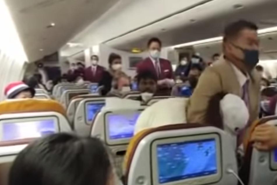 Als eine Frau in einem Flugzeug von Thai Airways hustete, wurde sie von einem Mitarbeiter in den Schwitzkasten genommen.