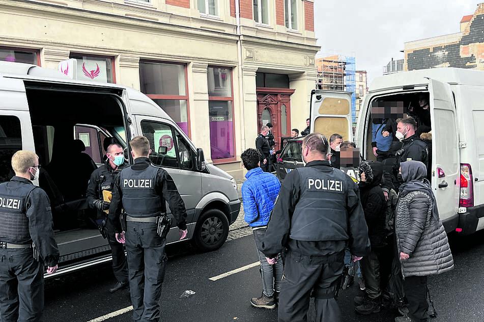 Erst zu Wochenbeginn wurde dieser Kleinbus in der Görlitzer Jakobstraße mit 25 Illegalen, darunter Kinder, von der Polizei gefilzt. Der Fahrer wurde als Schleuser identifiziert und festgenommen.