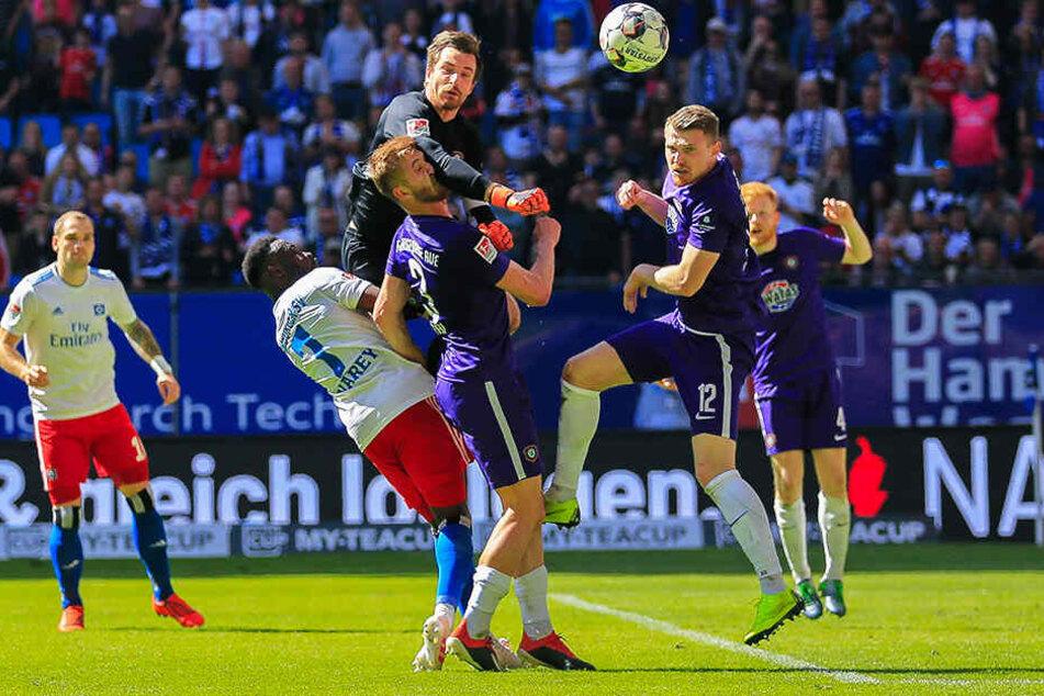 Torhüter Martin Männel klärt beim 1:1 der Auer im April im Volksparkstadion vor dem Hamburger Khaled Narey (Nr. 7) - unterstützt von Jan Kral (M.) und Steve Breitkreuz.
