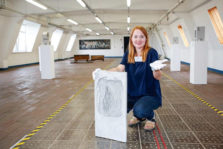 Kunstvermittlerin Paula Letalik (28) mit dem rätselhaften Schmuggel-Kunstwerk aus Beton.