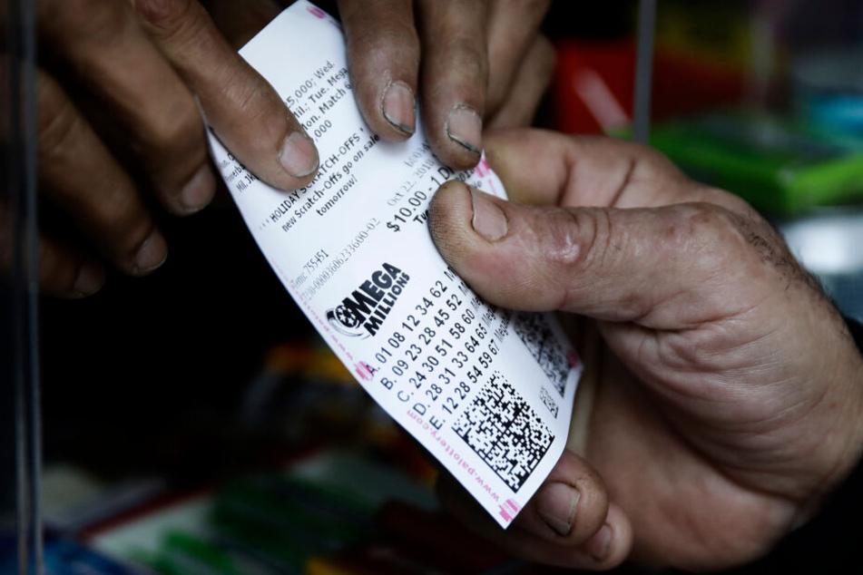 Ein Lottospieler kauft Mega-Millions-Lotterielose an einem Kiosk (Symbolbild).