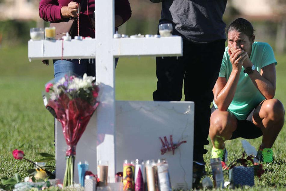 Während um die 17 Toten des Amoklaufs getrauert wird, geraten die Sicherheitsbehörden zunehmend unter Kritik.
