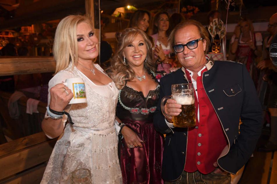 Claudia Effenberg (l-r) zusammen mit den Geissens (Carmen und Robert Geiss) im Käferzelt.
