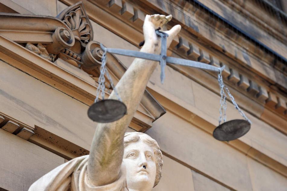 Der 39-Jährige muss sich vor dem Landgericht in Ulm verantworten. (Symbolbild)