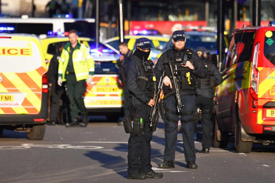 Die Polizei am Tatort in London.