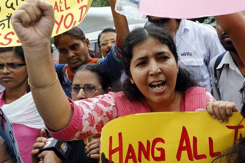 Immer wieder kommt es in Indien zu schlimmen Vergewaltigungsfällen: Indische Aktivisten halten hier Plakate und schreien Slogans außerhalb des Gerichtsgebäudes in Neu Delhi (Indien), nachdem eine Frau vergewaltigt wurde (Archivbild).