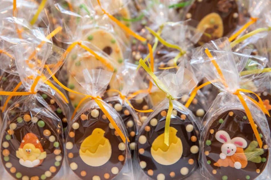 Schokolade mit Ostermotiven stehen in der Chocolaterie Molina, einer Schokoladenmanufaktur, zum Verkauf aus.