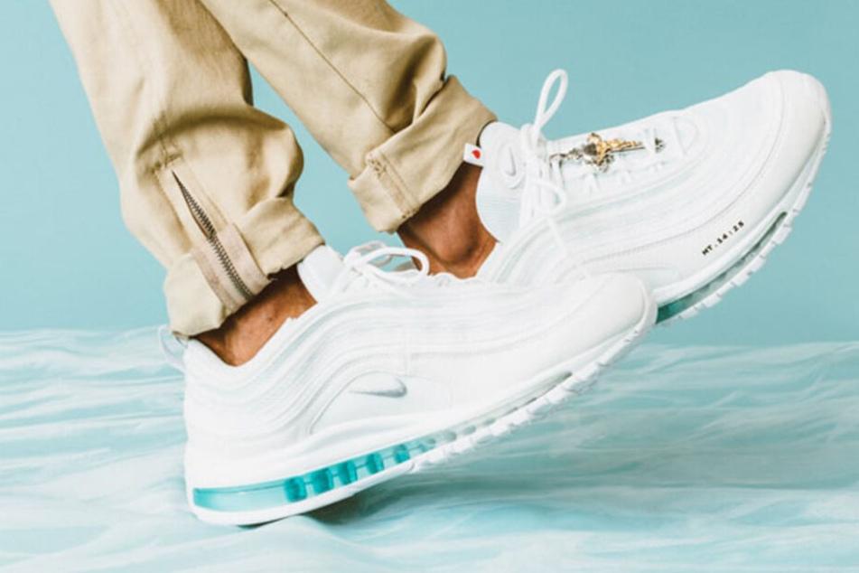 Der weiße Standard-Nike-AirMax-97-Schuh ist noch sehr gut zu erkennen.