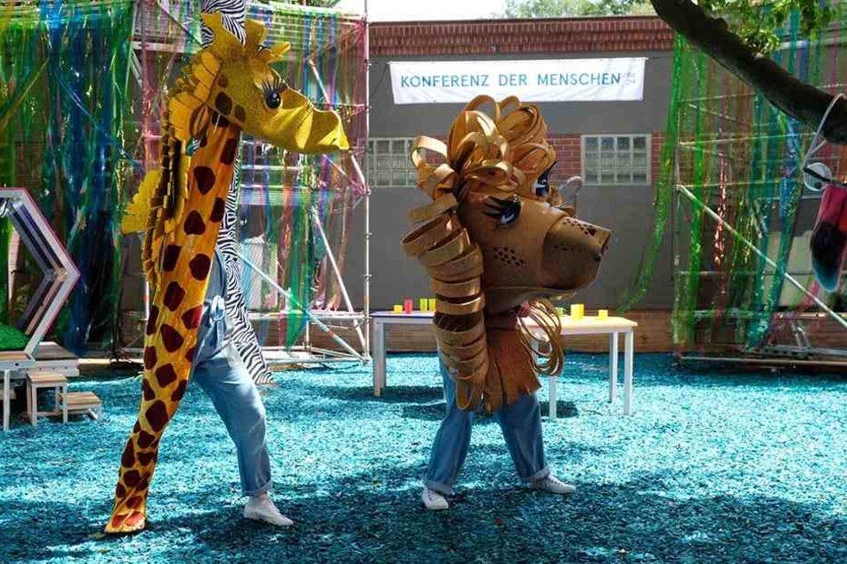 Die Tier-Puppen Giraffe Leonie (l.) und Alois der Löwe proben vor ihrer ersten Vorstellung fleißig im Zoo Leipzig.