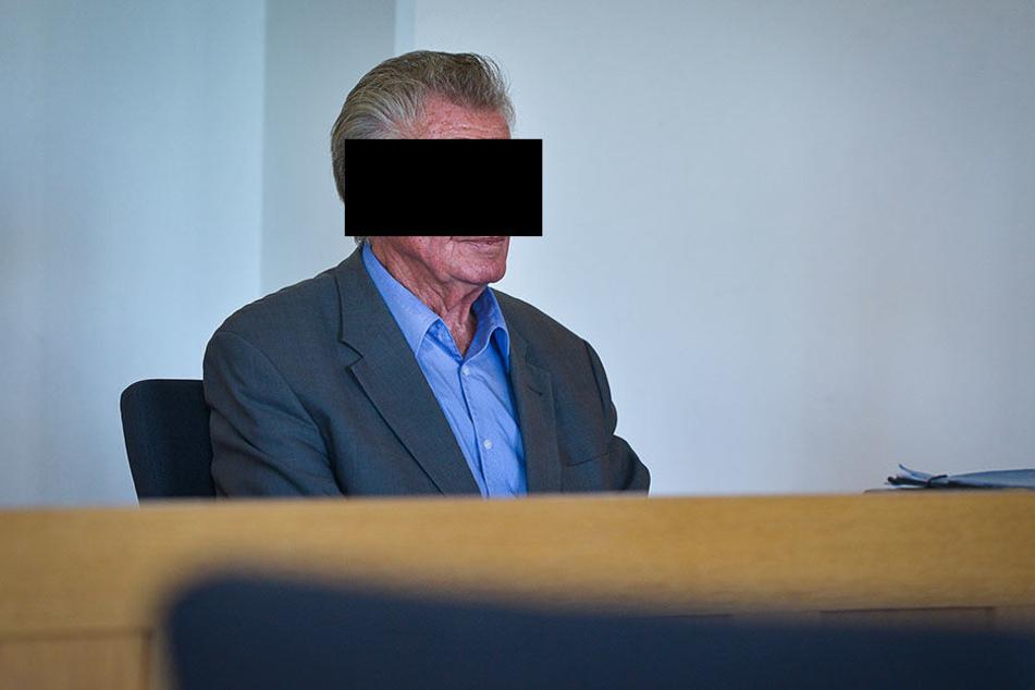 Hilflos und allein auf der Anklagebank: Egon H. (86).