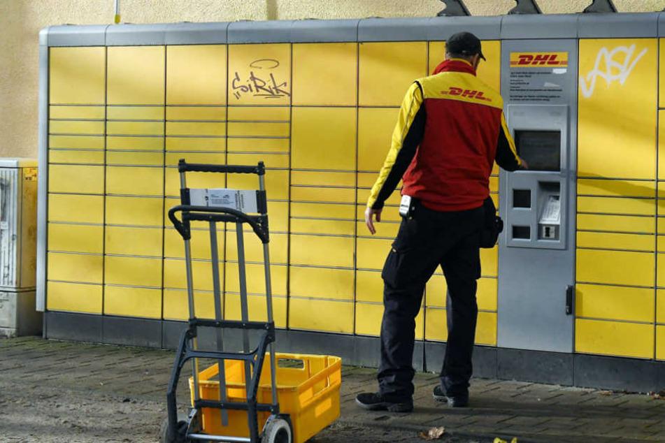 Ein DHL-Mitarbeiter steht vor der DHL-Paketstation an der Potsdamer Kantstraße Ecke Roseggerstraße, in der eine Paketbombe aufgegeben wurde.