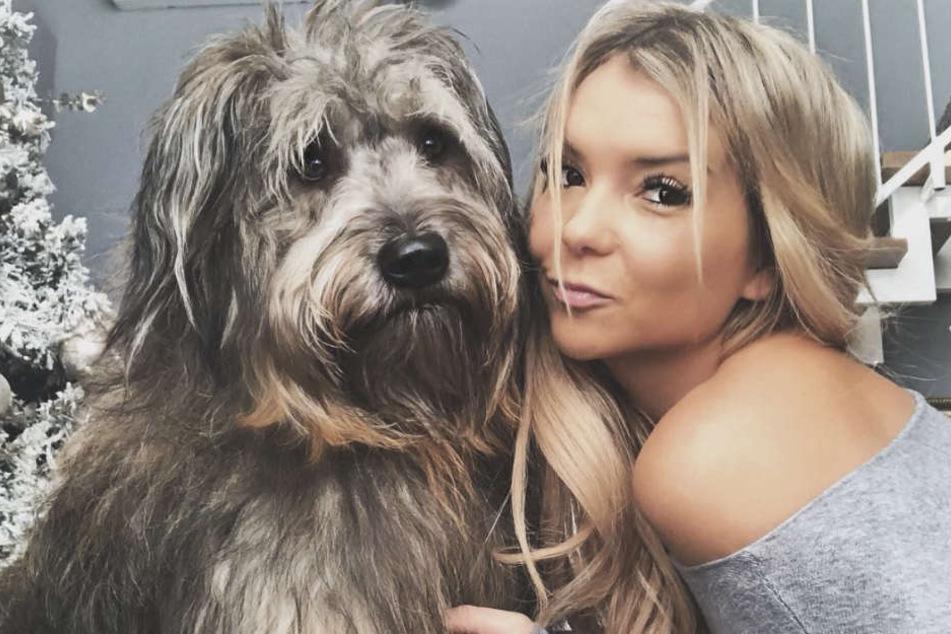 """Musikerin Maria König (28) mit ihrem Hund Walter. Die Influencerin ist sauer auf """"Take me out""""-Kandidatin Denise Kreppel. Sie soll Gelder, die kranken Tieren zugutekommen sollte, veruntreut haben."""