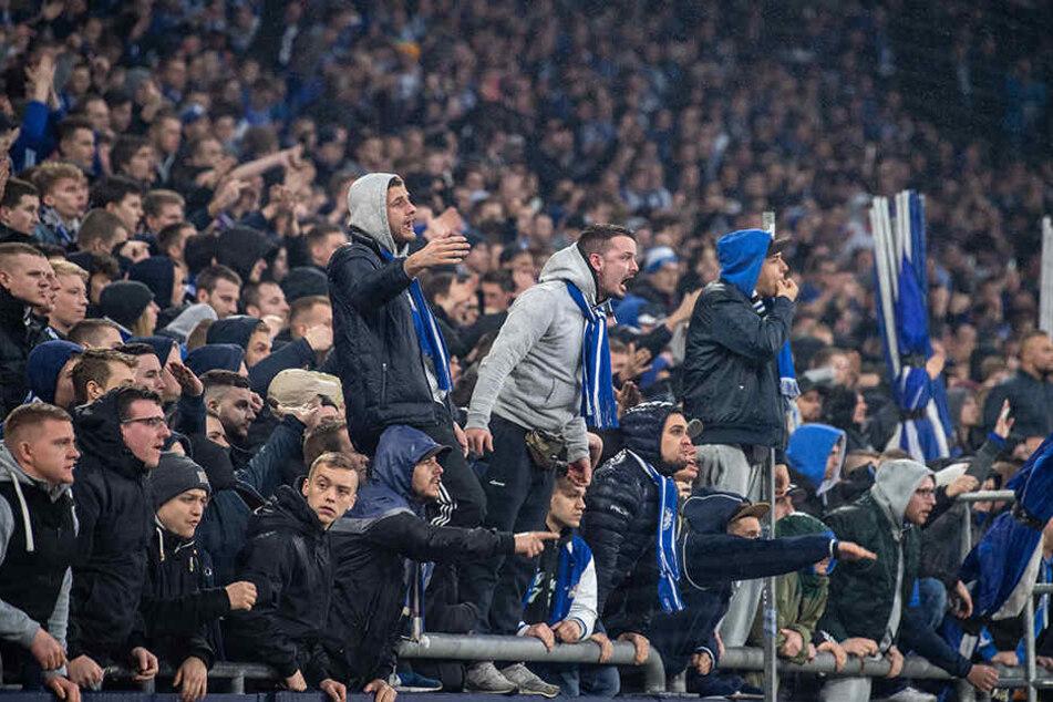 Waren außer sich: Die Fans des FC Schalke 04 ließen ihren Frust raus.